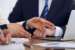 Gruppo di gente di affari o di avvocati alla riunione, primo piano delle mani Immagine Stock