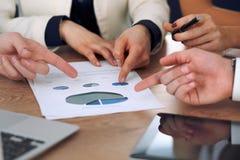 Gruppo di gente di affari o di avvocati alla riunione, primo piano delle mani Immagine Stock Libera da Diritti