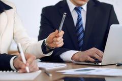 Gruppo di gente di affari o di avvocati alla riunione, primo piano delle mani Fotografie Stock