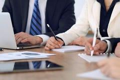 Gruppo di gente di affari o di avvocati alla riunione, primo piano delle mani Fotografie Stock Libere da Diritti