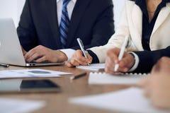Gruppo di gente di affari o di avvocati alla riunione, primo piano delle mani Fotografia Stock