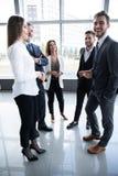 Gruppo di gente di affari occupata di concetto Gruppo di affari che discute lavoro nel corridoio dell'edificio per uffici immagini stock libere da diritti