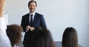 Gruppo di gente di affari sulla presentazione nel seminario di formazione di Hall Listening To Successful Businessman di conferen video d archivio