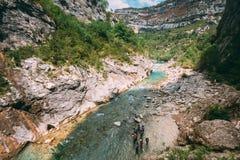Gruppo di gente attiva che si prepara prima del trasportare nel fiume della montagna fotografie stock