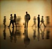 Gruppo di gente del mondo degli affari che cammina dal lato nel tramonto Fotografia Stock