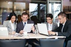 Gruppo di gente di affari in caffè Immagine Stock