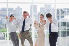 Gruppo di gente di affari che alza armi come successo Fotografia Stock