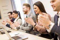 Gruppo di gente di affari che applaude le loro mani alla riunione Fotografia Stock
