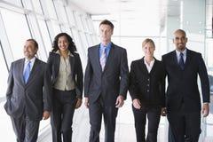 Gruppo di gente di affari che cammina verso la macchina fotografica Fotografia Stock