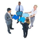 Gruppo di gente di affari che collega i puzzle Fotografia Stock Libera da Diritti