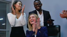 Gruppo di gente di affari che dà un applauso nella riunione stock footage