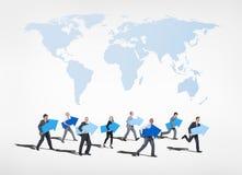 Gruppo di gente di affari che guarda in avanti al futuro Immagini Stock
