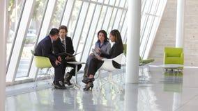 Gruppo di gente di affari che ha riunione informale archivi video