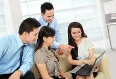 Gruppo di gente di affari che incontra computer portatile Fotografia Stock