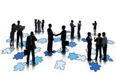 Gruppo di gente di affari che lavora e che sta sui puzzle Immagine Stock Libera da Diritti