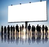 Gruppo di gente di affari che legge cartello Fotografie Stock Libere da Diritti