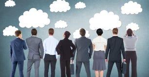 Gruppo di gente di affari che sta davanti ai grafici delle nuvole fotografie stock libere da diritti