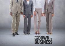 Gruppo di gente di affari che sta davanti al fondo grigio in bianco con giù al testo di affari Immagini Stock Libere da Diritti