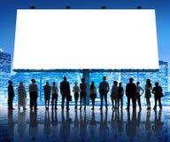 Gruppo di gente di affari con il cartello in bianco Fotografia Stock Libera da Diritti