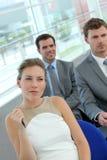 Gruppo di gente di affari nel corridoio di riunione Fotografia Stock