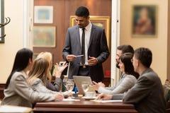 Gruppo di gente di affari o di avvocati - riunione in un ufficio Immagine Stock