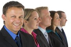 Gruppo di gente di affari in una riga sorridere Fotografie Stock