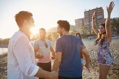 Gruppo di gente felice che balla sulla spiaggia fotografia stock libera da diritti