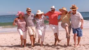 Gruppo di gente matura che balla a braccetto archivi video