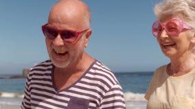 Gruppo di gente matura con sorridere degli occhiali da sole archivi video