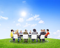 Gruppo di gente multietnica all'aperto in una riunione Immagine Stock
