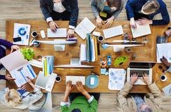 Gruppo di gente occupata multietnica che lavora in un ufficio Immagine Stock