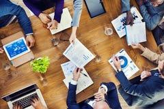 Gruppo di gente occupata multietnica che lavora in un ufficio