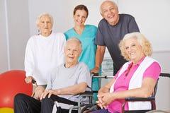 Gruppo di gente senior con il fisioterapista Fotografie Stock Libere da Diritti
