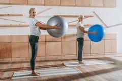 gruppo di gente senior delle donne che si esercita con le palle di forma fisica immagini stock libere da diritti