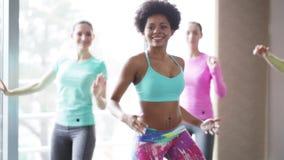 Gruppo di gente sorridente che balla nella palestra o nello studio