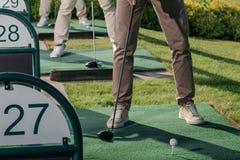 Gruppo di giocatori di golf che giocano insieme golf al campo da golf Immagini Stock Libere da Diritti