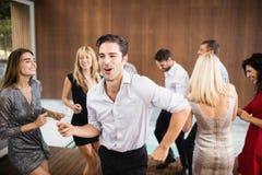 Gruppo di giovane ballare degli amici fotografia stock