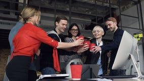 Gruppo di giovane sei tintinnii dell'impiegato di concetto un la tazza di tè, caffè stock footage