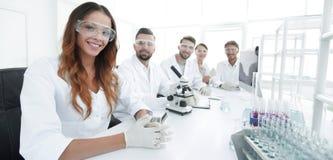 Gruppo di giovane sperimentazione dei clinici nel laboratorio di ricerca Fotografie Stock