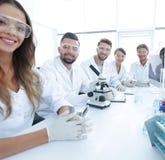 Gruppo di giovane sperimentazione dei clinici nel laboratorio di ricerca Fotografia Stock