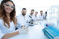 Gruppo di giovane sperimentazione dei clinici nel laboratorio di ricerca Immagine Stock Libera da Diritti