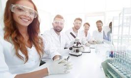 Gruppo di giovane sperimentazione dei clinici nel laboratorio di ricerca Fotografie Stock Libere da Diritti