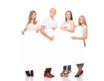 Gruppo di giovani, adolescenti alla moda e felici con un'insegna Fotografie Stock