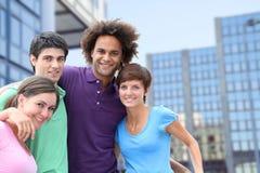Gruppo di giovani adulti in città Fotografie Stock