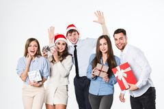 Gruppo di giovani allegri con i regali su un fondo bianco Immagine Stock Libera da Diritti