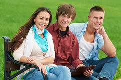 Gruppo di giovani allievi sorridenti all'aperto Fotografia Stock Libera da Diritti