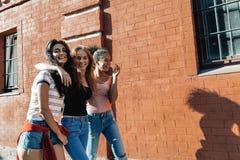 Gruppo di giovani amici che camminano sulla via della città Fotografie Stock