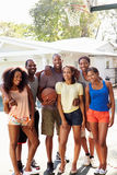 Gruppo di giovani amici che giocano la partita di pallacanestro Fotografie Stock Libere da Diritti