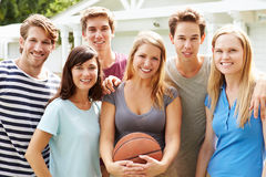 Gruppo di giovani amici che giocano la partita di pallacanestro Immagine Stock
