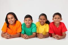 Gruppo di giovani amici felici del banco insieme Immagini Stock Libere da Diritti